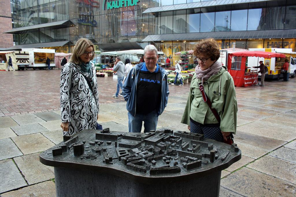 Unsere polnischen Gäste am Chemnitzer Tastmodell vor dem Rathaus.